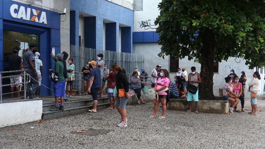 7.mai.2020 - Pessoas se aglomeram em fila de agência da Caixa em Rocha Miranda, na zona norte do Rio, para sacar o auxílio emergencial - Cléber Mendes/Agência O Dia/Estadão Conteúdo