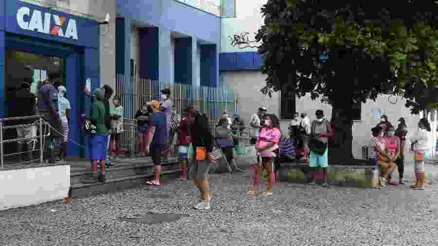 7.mai.2020 - Pessoas se aglomeram em fila de agência da Caixa na zona norte do Rio para sacar o auxílio emergencial - Cléber Mendes/Agência O Dia/Estadão Conteúdo