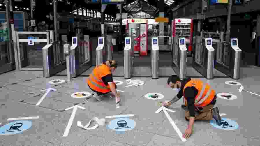 9.mai.2020 - Com fitas, funcionários marcam distância necessária para evitar disseminação do coronavírus em estação do metrô de Paris, na França - Chesnot/Getty Images