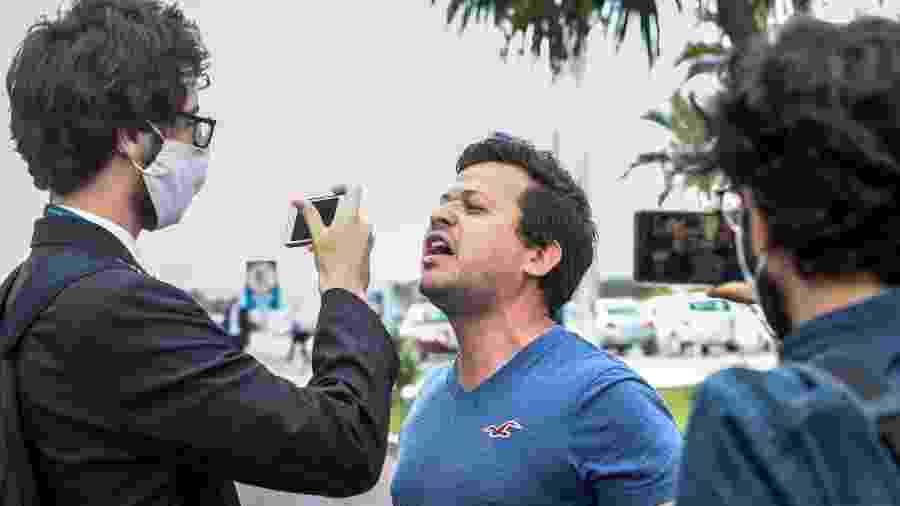 25.mai.2020 - Jornalistas são hostilizados por apoiadores do presidente Jair Bolsonaro (sem partido) em frente ao Palácio da Alvorada - Gabriela Biló/Estadão Conteúdo
