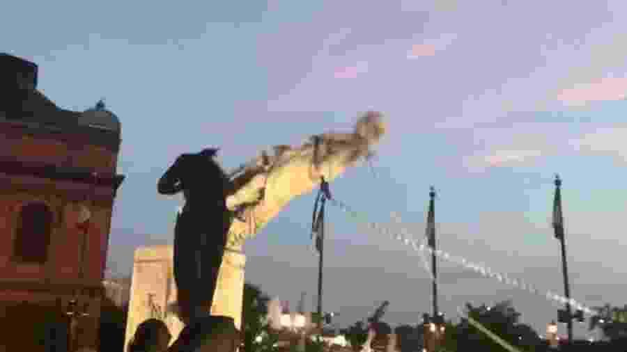 Estátua de Cristóvão Colombo é derrubada em Baltimore (EUA) - Reprodução/Twitter