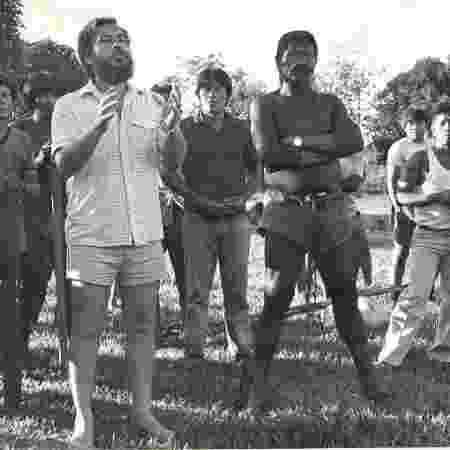 Líder indígena Raoni ao lado do antropólogo da Funai Claudio Romero na aldeia kayapó Kretire, em MT, em 1984 - Cintia Brito / álbum pessoal de Claudio Romero  - Cintia Brito / álbum pessoal de Claudio Romero