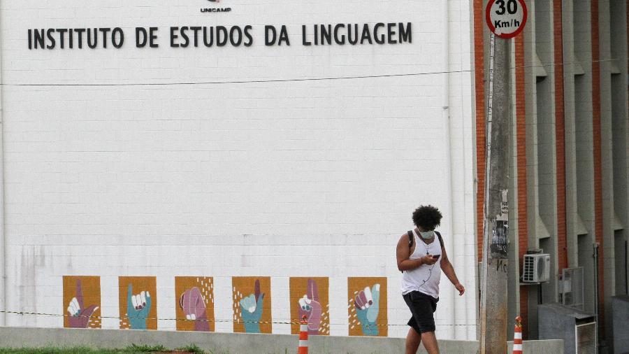 16.nov.2020 - Estudante caminha no campus da Unicamp, em Campinas, após a retomada das aulas presenciais - LUCIANO CLAUDINO/ESTADÃO CONTEÚDO
