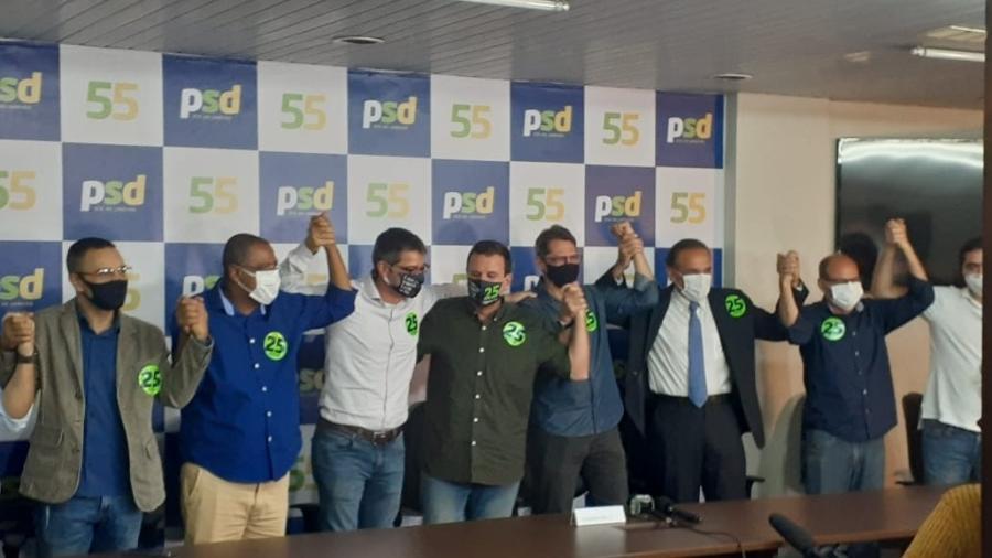 Eduardo Paes, do DEM (ao centro da imagem), entre o deputado federal Hugo Leal e o delegado Fernando Veloso (ambos do PSD) - Gabriel Sabóia/UOL