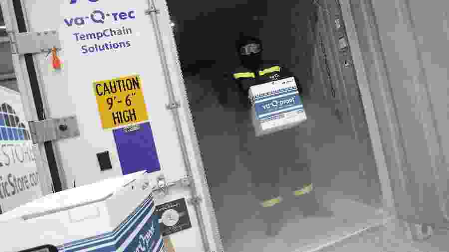 Empresa alemã Va-Q-Tec apresenta contêineres que serão usados no transporte de vacinas contra a covid-19, com a da Pfizer, que precisa ser mantida a uma temperatura de -70º C - Daniel Roland/AFP
