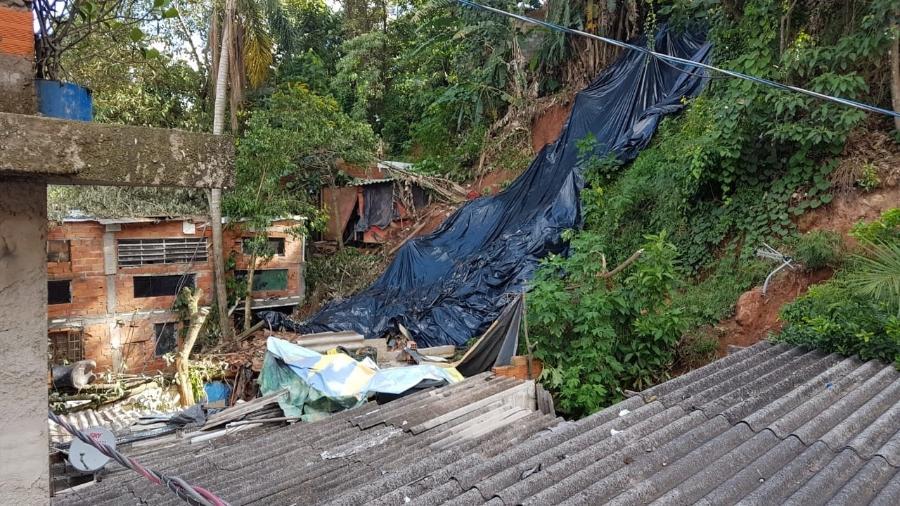 Barranco cedeu, avançou por cima de casa e matou cinco pessoas da mesma família na Grande São Paulo - José Dacau/UOL
