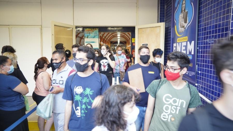 Candidatos no 1º dia do Enem na unidade Marquês de São Vicente da Unip, na zona oeste de São Paulo - André Porto/UOL