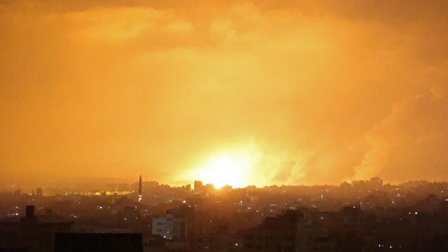 Uma explosão ilumina o céu após um ataque aéreo israelense a Beit Lahia, no norte da Faixa de Gaza, hoje - MOHAMMED ABED / AFP