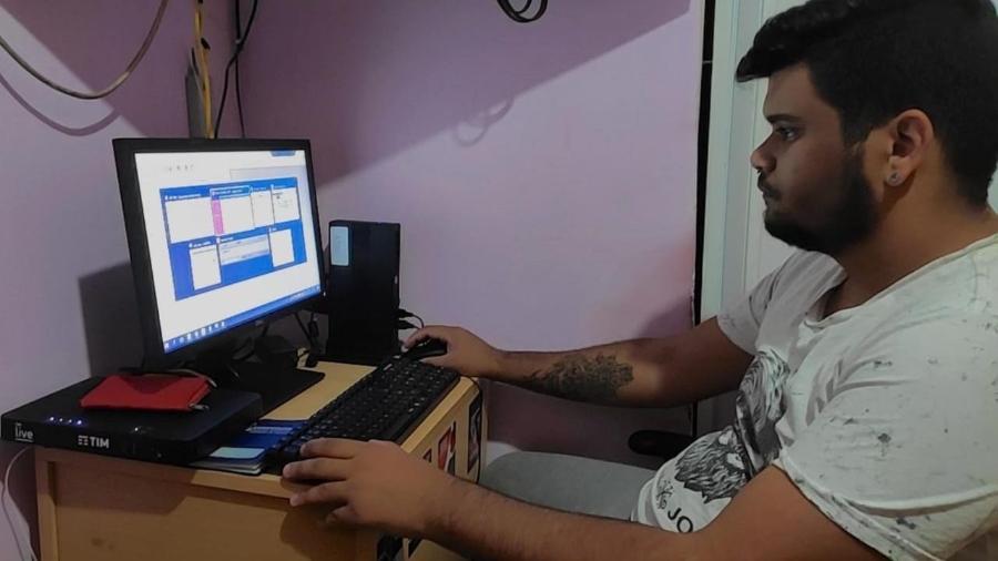 Patrick Silva montou uma estação de trabalho na sua casa para fazer as tarefas diárias da empresa - Vania Silva