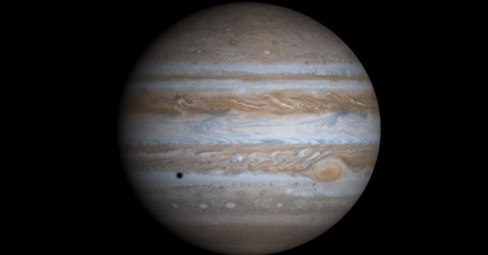 27.ago.2015 - Grande parte do material que sobrou da formação do Sol foi parar em Júpiter, formando esse planeta gigante e gasoso, o maior do Sistema Solar. Ele é acinzentado e parece uma tapeçaria composta de manchas e nuvens coloridas, a maioria delas composta de amônia e seus derivados - a química que dá cores a essas nuvens ainda é desconhecida dos cientistas. Tem a atmosfera semelhante a do Sol, rica em hidrogênio e hélio. A pressão e a temperatura do planeta fazem com que o hidrogênio seja encontrado em sua forma líquida, formando o maior oceano do Sistema Solar, cheio de hidrogênio em vez de água. A imagem foi feita em 2000 pela espaçonave Cassini