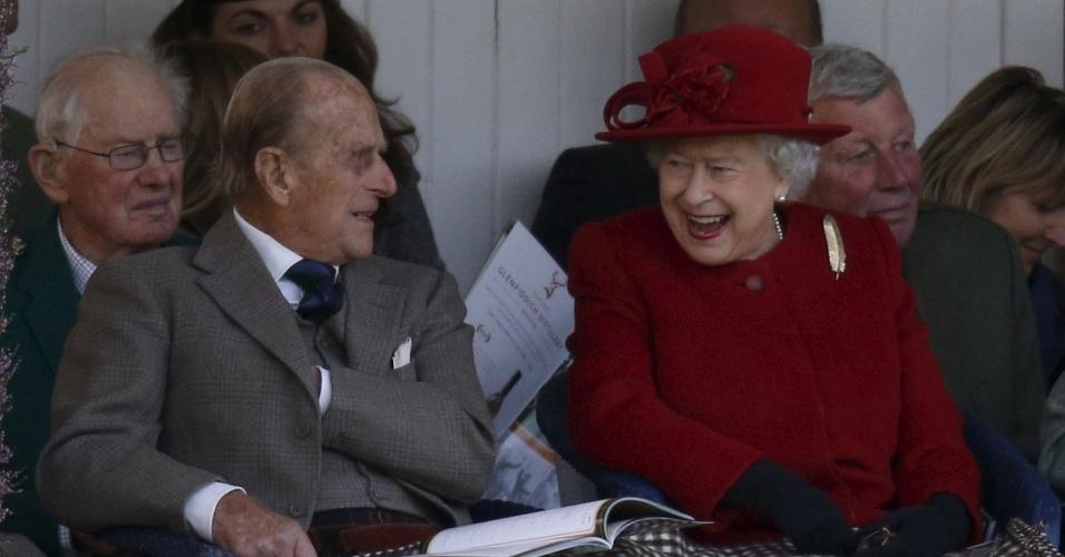 5.set.2015 - A rainha Elizabeth e o príncipe Philip assistem a uma corrida de saco durante o encontro anual Braemar Highland, na Escócia, Grã-Bretanha. Rainha Elizabeth vai se tornar a monarca que mais tempo serviu à Grã-Bretanha no próximo dia 9