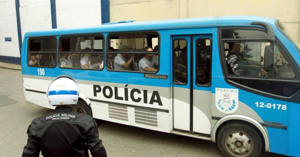 3.out.2015 - Policiais presos deixam o BEP, em Benfica, em direção ao presídio em Niterói