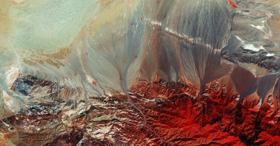 18.dez.2015 - Uma imagem registrada pelo satélite Sentinel-2A, da ESA (Agência Espacial Europeia), mostra o solo do sul da Mongólia, fronteira com a China para o sul e para o norte da Rússia. Conhecida por suas vastas extensões e por seus povos nômades, a Mongólia fica no centro da Ásia oriental, distante de qualquer oceano. O local tem pouca vegetação, representada pelas cores vermelhas