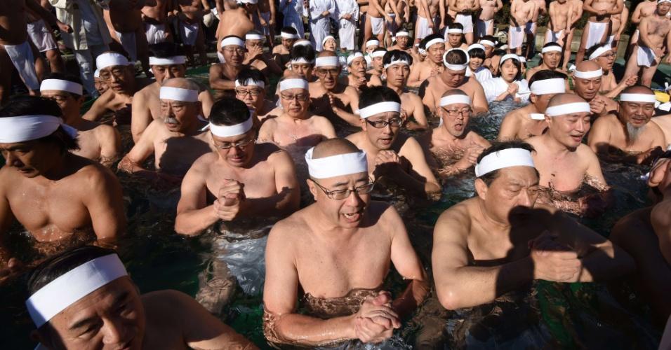 10.jan.2016 - Fiéis xintoístas participam de ritual de purificação mergulhando em piscina gelada, em evento que faz parte das cerimônias de celebração do Ano Novo em Tóquio