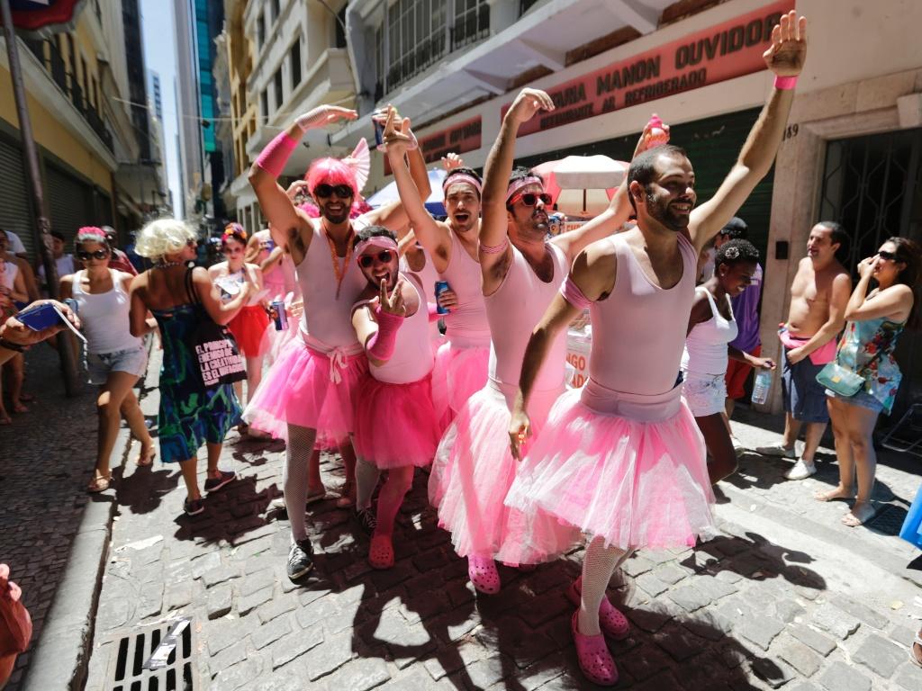 12.jan.2015 - Foliões se vestem de bailarinas e já começam a celebrar o carnaval no bloco Fogo e Paixão, no centro do Rio de Janeiro