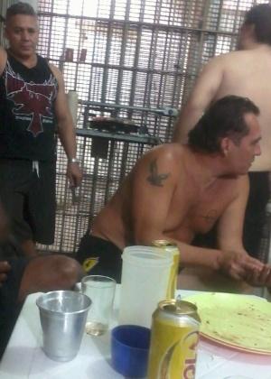 O ex-policial Marcos Aparecido dos Santos, o Bola (de camisa escura, em pé), em churrasco na Casa de Custódia