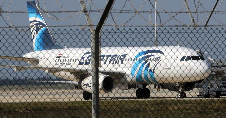 29.mar.2016 - Um avião de passageiros da companhia egípcia Egyptair foi sequestrado nesta terça-feira e, após ser desviado de sua rota, aterrissou em Larnaca, na ilha do Chipre, no mar Mediterrâneo. Com 81 pessoas a bordo, o voo MS 181 realizava o trajeto entre Alexandria, na costa do país, e a capital Cairo. O sequestro foi anunciado por um homem armado com um cinturão de explosivos