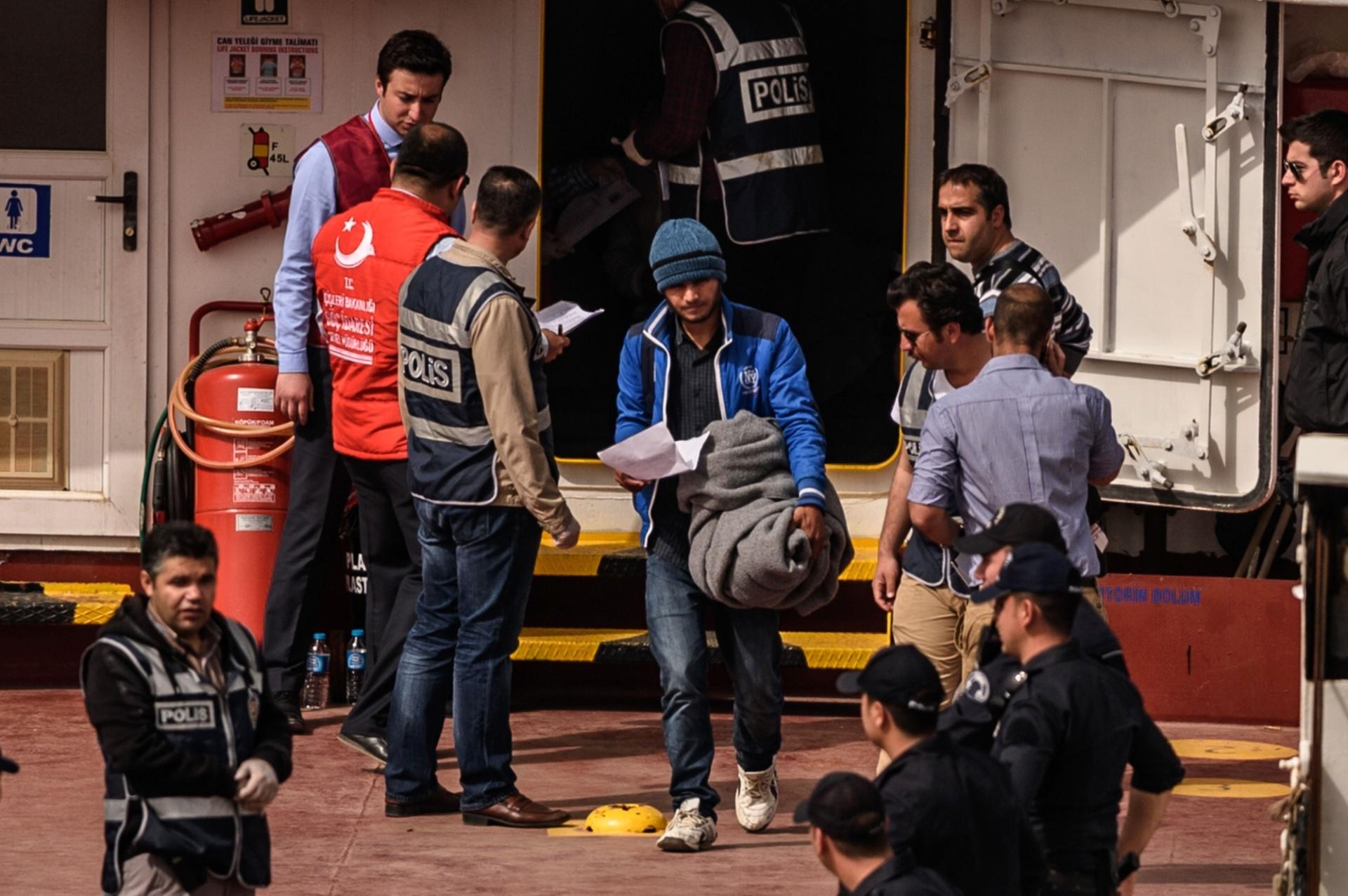 8.abr.2016 - Migrante deixa embarcação após chegar no porto de Dikili, em Izmir, na Turquia. O governo da Grécia retomou a deportação de refugiados de seu território, que estava suspensa desde a última segunda-feira (4), e iniciou a