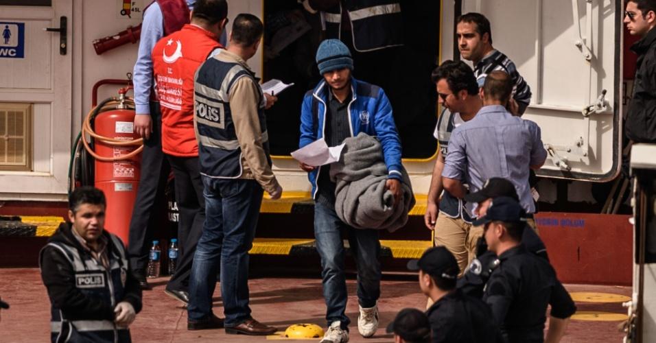 """8.abr.2016 - Migrante deixa embarcação após chegar no porto de Dikili, em Izmir, na Turquia. O governo da Grécia retomou a deportação de refugiados de seu território, que estava suspensa desde a última segunda-feira (4), e iniciou a """"devolução"""" de um total de 140 pessoas desde o começo desta manhã"""