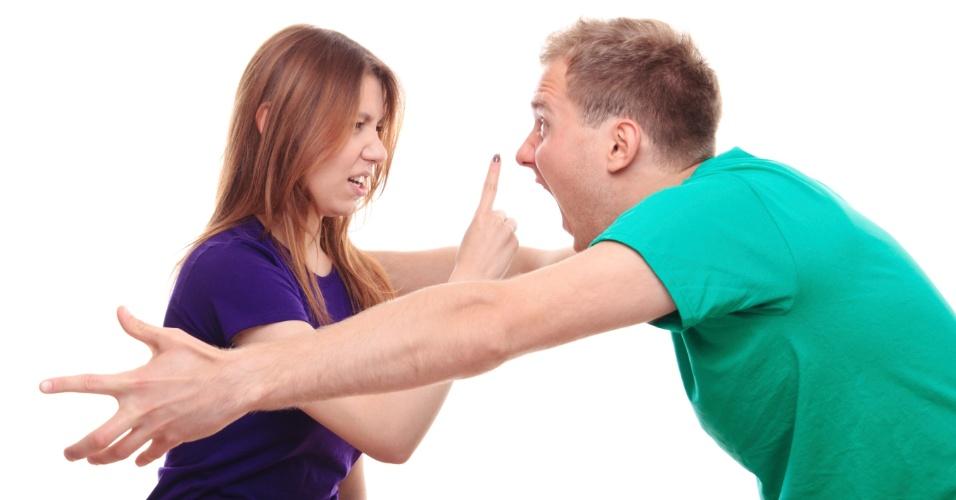 Homem e mulher fazem discussão acalorada