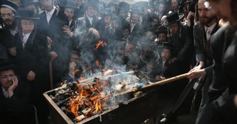 22.abr.2016 - Judeus ultra-ortodoxos participam do ritual de Biur Chametz, em Jerusalém, quando alimentos fermentados são queimados antes do início do Pessach, a Páscoa judaica, que começa ao pôr do sol. A celebração remete à época da fuga do povo judeu do Egito, onde era escravos. Eles carregaram pães que não tiveram tempo de ser fermentados. Por isso, durante o Pessach, os judeus comem o Matzá, um pão semelhante a um biscoito de espessura bem fina e evitam alimentados fermentados