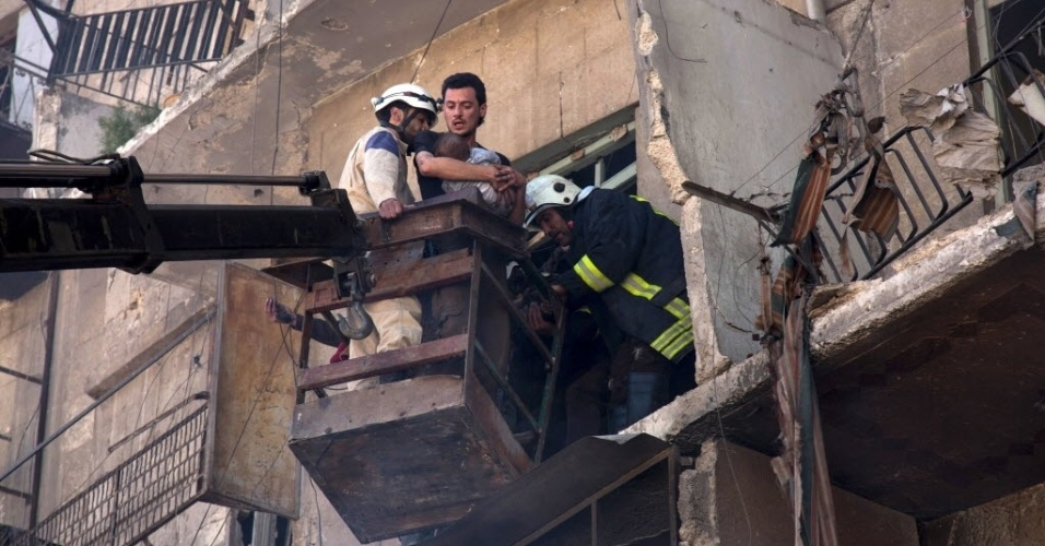 23.abr.2016 - Voluntários e funcionários da Defesa Civil retiram moradores de um prédio atingido por um ataque aéreo, em Aleppo, na Síria. Mais de 4,7 mil pessoas, a maioria jihadistas, morreram na Síria por causa dos bombardeios da coalizão internacional, que começaram há 19 meses. Entre os 4.742 mortos, pelo menos 391 eram civis e deles 99 eram menores de idade e 67, mulheres, que morreram em sua maioria nas províncias setentrionais de Al Hasaka, Al Raqqa, Aleppo e Idlib, e na oriental de Deir ez Zor