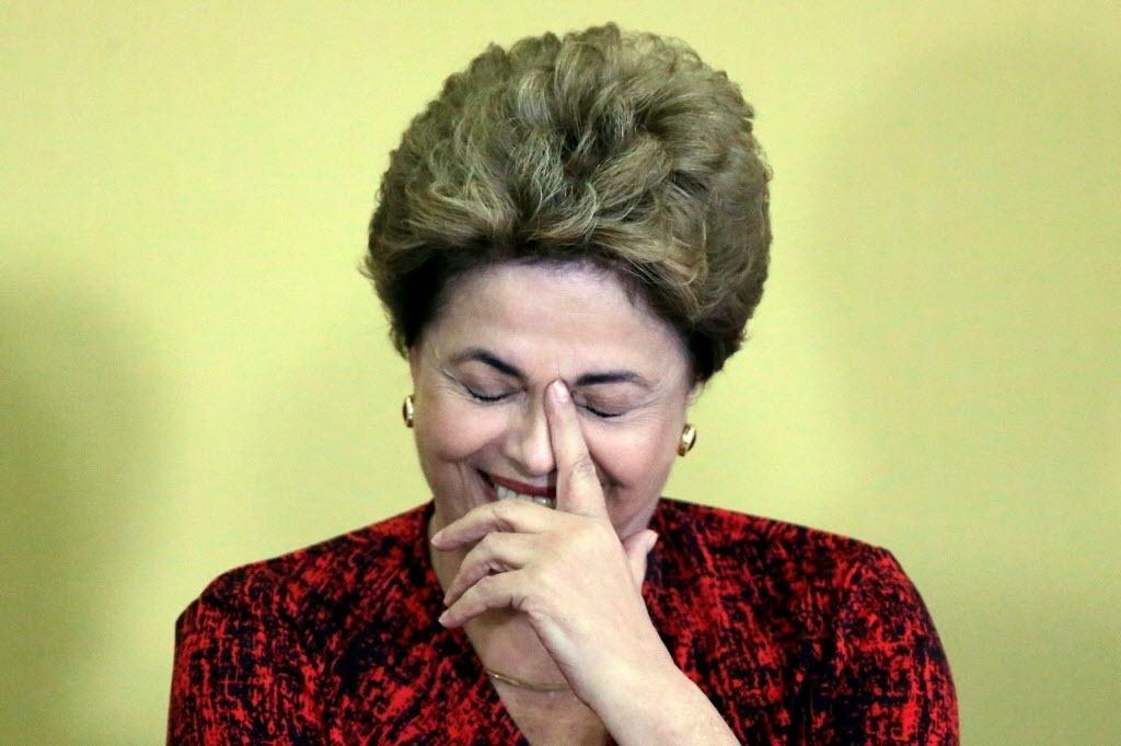 9.abr.2016 - A presidente Dilma Rousseff sorri durante evento de criação de universidades e escolas técnicas no Palácio do Planalto, em Brasília