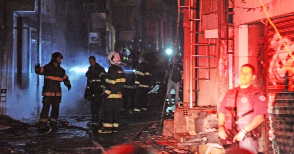 14.mai.2016 - Um incêndio de grandes proporções atinge a favela de Paraisópolis, na zona sul da capital paulista. Os Bombeiros mobilizaram ao menos 15 viaturas para o combate ao fogo