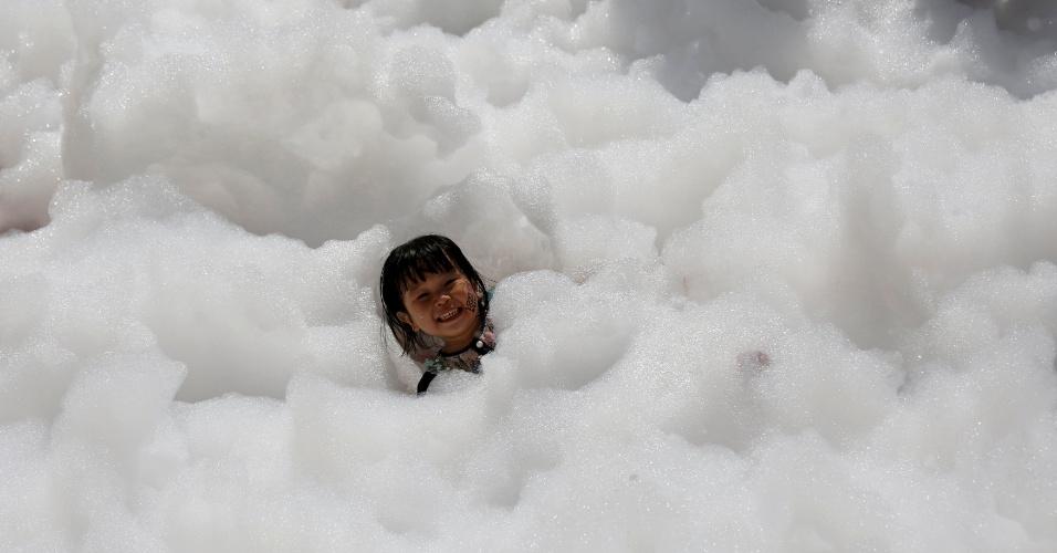"""29.mai.2016 - Criança brinca no evento """"Amo Espuma"""" na cidade de Hsinchu, em Taiwan"""