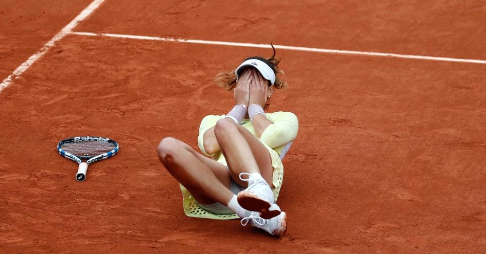4.jun.2016 - A espanhola Garbiñe Muguruza se emociona após conquistar seu primeiro título de Grand Slam no tênis, em Roland Garros, na França. Muguruza frustrou os planos da norte-americana Serena Williams, que planejava se tornar a tenista mais vencedora de Grand Slams na era moderna, e venceu por 2 sets a 0, parciais de 7/5 e 6/4.