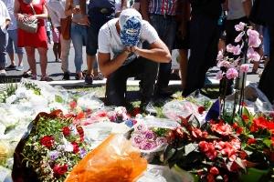 15.jul.2016 - Área próxima ao local em que houve o ataque terrorista em Nice, na França, é tomada por homenagens