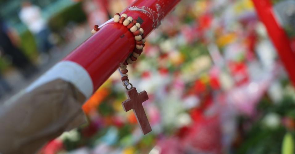 24.jul.2016 - Cruz de madeira é colocada em memorial para as vítimas do atentado no shopping Olympia, em Munique (Alemanha)