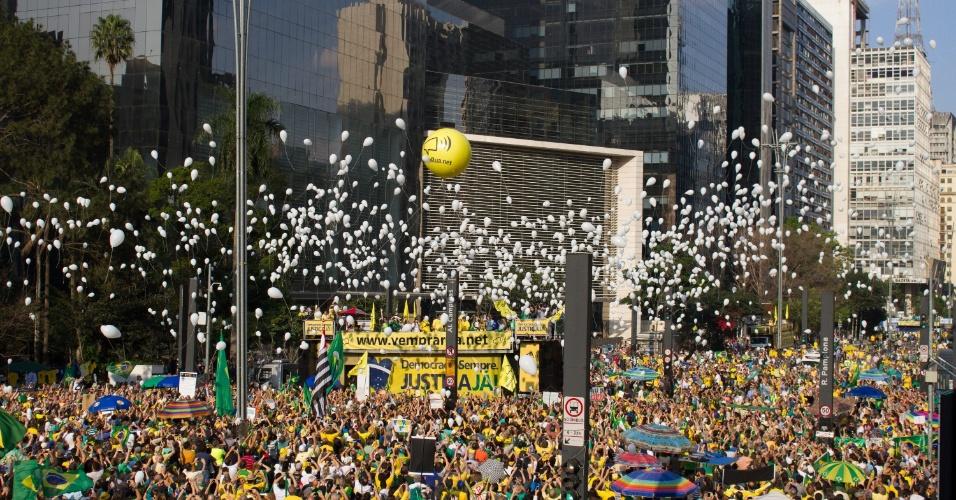 31.jul.2016 - Na avenida Paulista, em São Paulo, manifestantes contrários à presidente Dilma soltam balões no céu paulistano