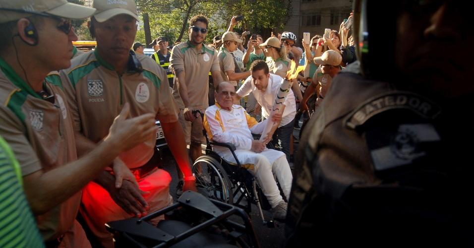 O cirurgião plástico Ivo Pitanguy recebe a Tocha Olímpica no Palácio da Cidade, em Botafogo, Zona Sul do Rio de Janeiro (RJ), na manhã desta sexta-feira (5)
