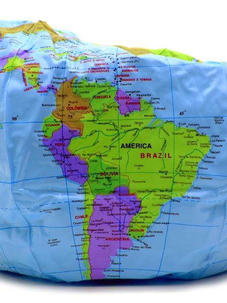 Globo terrestre murcho, crise econômica, recessão - Getty Images/iStockphoto/luoman