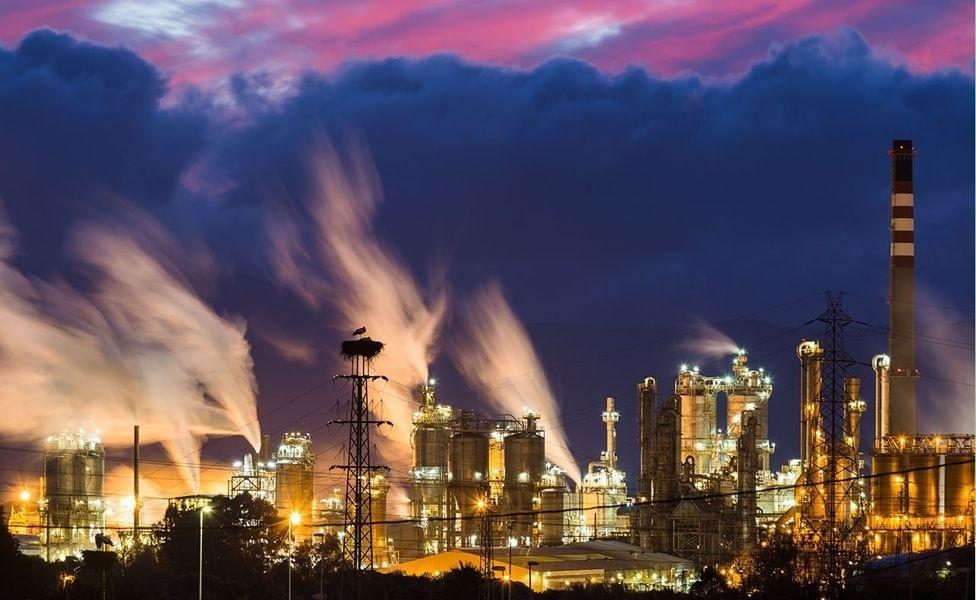 19.out.2016 - Esta paisagem industrial vem da Espanha. A refinaria de petróleo está sempre iluminada e a fotografia sugere poluição sonora e do ar. Olhando mais atentamente, no entanto, é possível ver no alto de uma torre de alta tensão o ninho de uma cegonha