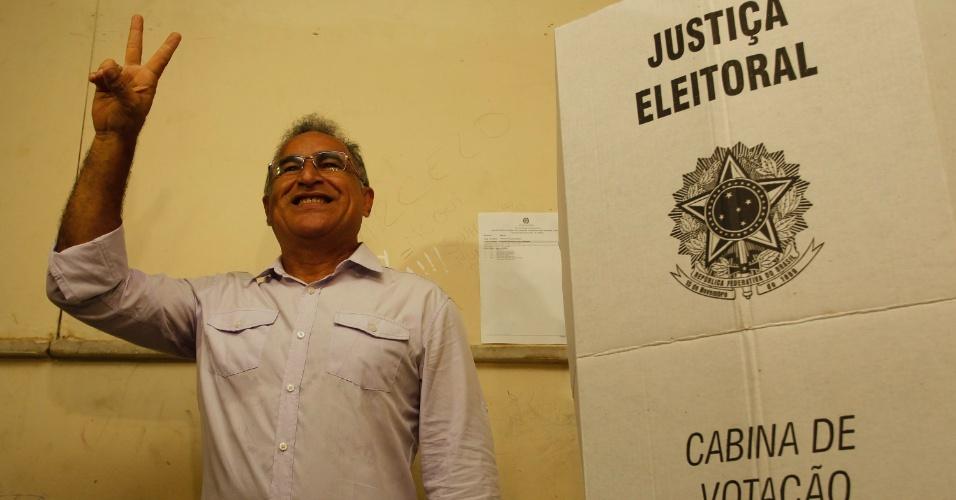 30.out.2016 - O candidato do PSOL à Prefeitura de Belém, Edmilson Rodrigues, votou na Escola Augusto Meira neste domingo (30) de eleições
