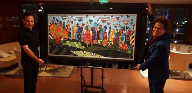 Romero Britto (à dir.) dá quadro de presente para Doria usar na Prefeitura de São Paulo