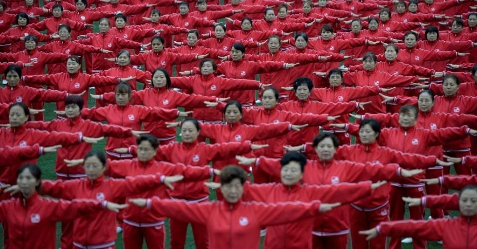 """8.nov.2016 - Multidão se reúne para dançar em uma quadra de futebol em Chongqing, na China. O objetivo é estabelecer um novo recorde de """"pessoas dançando na mesma linha ao mesmo tempo"""""""