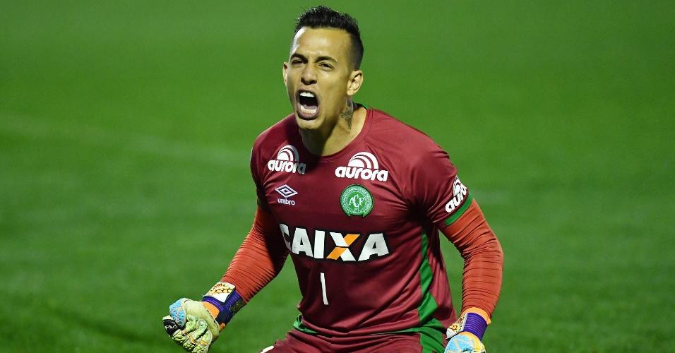 28.set.2016 - O goleiro Danilo, do Chapecoense, depois de pegar um pênalti na partida contra o Independiente durante a Copa Sul-Americana