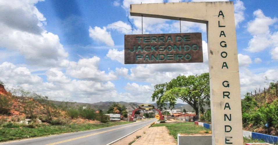4.jan.2017 - Marco na estrada indica entrada para a cidade de Alagoa Grande