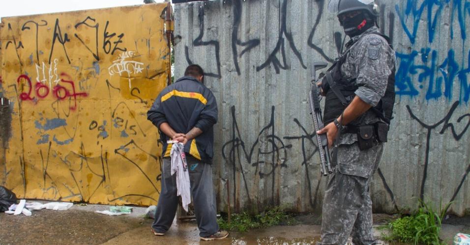 17.jan.2017 - Confronto entre moradores e a PM durante reintegração de posse de um terreno na zona leste de São Paulo