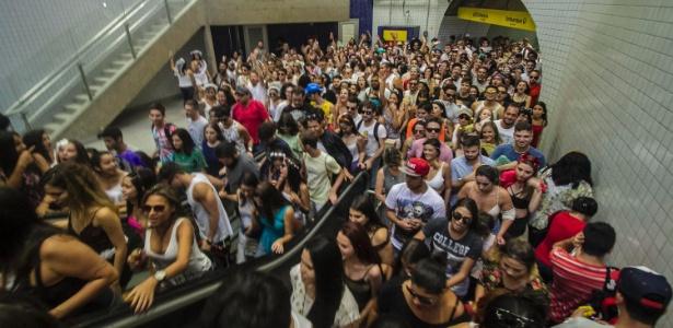 Foliões que foram ao Largo da Batata lotaram a estação Faria Lima do Metrô