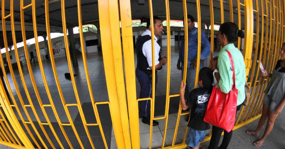 15.mar.2017 - Metroviários do Recife aderiram ao Dia Nacional de Mobilização contra a reforma da Previdência e paralisaram as atividades, fechando todas as estações do metrô na manhã desta quarta