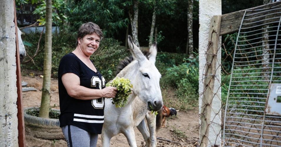 """17.mar.2017 - Valéria Macoratti, criada na zona leste de São Paulo, mudou-se para a região do Bororé há 11 anos, porque queria """"viver no mato"""". Sem nenhuma experiência no campo, ela fez cursos, começou a cultivar orgânicos e hoje é a presidente de uma cooperativa de produtores rurais"""