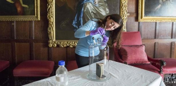 Cheiro de uma bíblia do século 18 é extraído na Casa Knole, no Reino Unido