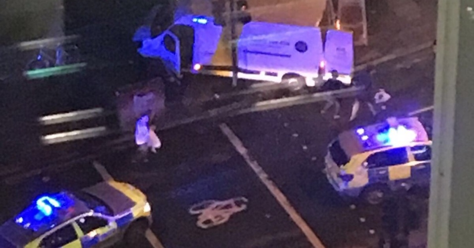 Carros da polícia se aproximam da London Bridge, no centro de Londres, após informação de que van teria atingido pedestres no local