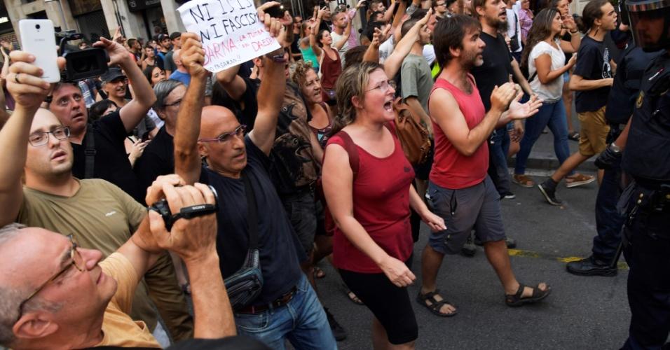 18.ago.2018 - Manifestação antifascista vai às ruas de Barcelona para fazer oposição a protesto de extrema-direita convocado após atentado em Barcelona