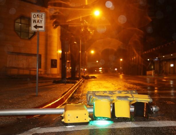 26.ago.2017 - Semáforo é danificado após a passagem do furacão Harvey em Corpus Christi, nos Texas (EUA) - Joe Raedle / Getty Images / AFP