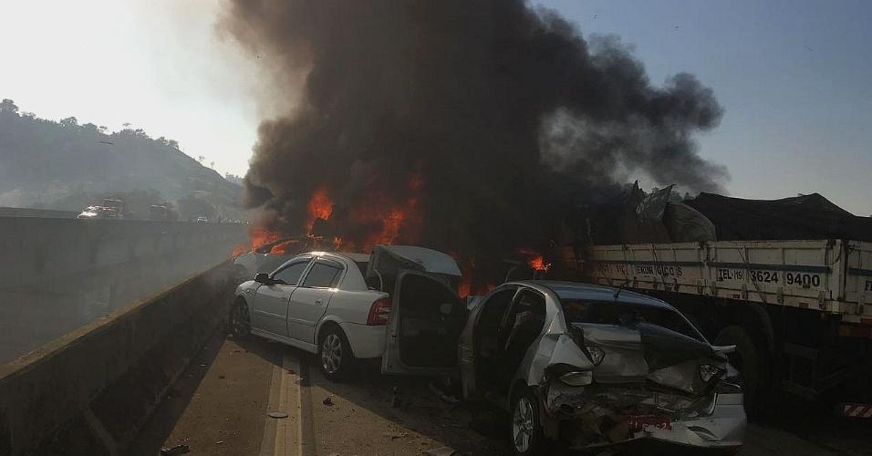 30.ago.2017 - Um acidente envolvendo 14 veículos provocou um incêndio na manhã desta quarta-feira (30) na rodovia Carvalho Pinto, em Jacareí (SP)